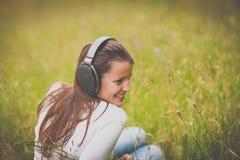 听到音乐的一个相当少妇的画象 库存图片