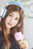听到音乐的一名年轻美丽的妇女的画象 库存图片