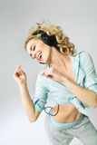 听到音乐的乐趣喜欢妇女 图库摄影