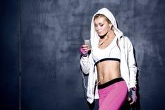 听到音乐的可爱的健身妇女 图库摄影