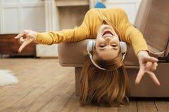 听到音乐的好愉快的妇女 免版税图库摄影