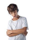 听到音乐的孩子唱歌与被隔绝的耳机 库存图片