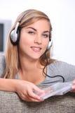 听到音乐的少妇 免版税库存照片