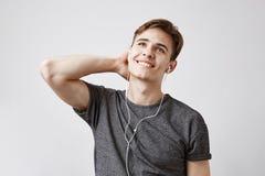 听到音乐的年轻人作梦关于成为一位著名歌手 某天这个人将是一rockstar就象那样 免版税库存图片