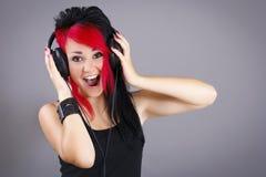 听到音乐的快乐的十几岁的女孩 免版税库存照片