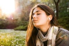 听到音乐的美丽的女孩 库存图片
