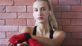 听到音乐的轻松的女运动员 股票视频