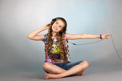 听到音乐的青少年的女孩 库存图片