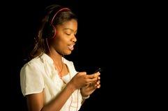 听到音乐的非裔美国人的女孩 图库摄影
