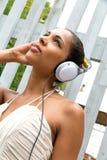听到音乐的黑人妇女画象 免版税库存图片