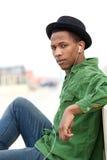 听到音乐的年轻黑人 免版税库存图片