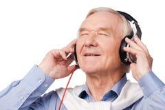 听到他喜爱的音乐 免版税库存图片