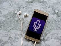 听和记录一个podcast概念的话筒音频Podcast广播 听的音乐媒介概念 库存照片