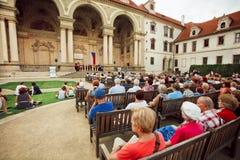 听唱诗班的观众人群在王宫 库存照片