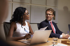 听在会议室会议,关闭上的企业同事  免版税库存图片
