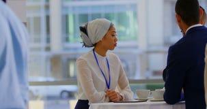 听在商人的亚裔女实业家谈4k 股票录像
