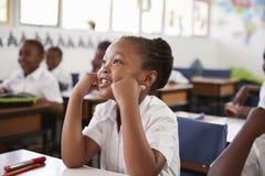 听在教训期间的女孩在一所小学 库存图片