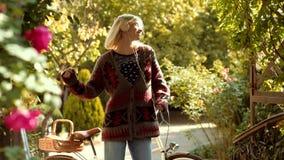 听在耳机的音乐,电话音乐 白肤金发的女孩跳舞 r 秋天愉快的人民和喜悦 ?? 股票视频