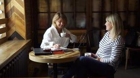 听女性患者谈话的心理学家 影视素材