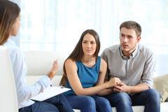 听婚姻顾问的担心的夫妇 免版税库存照片