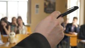 听年轻的学生与兴趣的演讲在大学 年轻教授` s手特写镜头  学生听 图库摄影