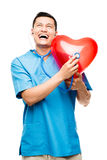 听心跳的愉快的亚裔医生画象   免版税库存图片