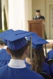 听报告人的毕业生外面 免版税库存照片