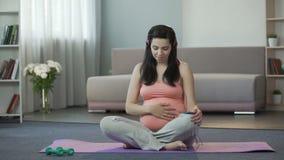 听曲调的怀孕的女孩参与胎儿的精神发展 影视素材