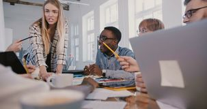 听男性办公室工作者的成功的年轻CEO女实业家讲话在创造性的不同种族的办公室队会议上 股票视频