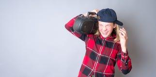 听的大声的音乐少年 免版税库存图片