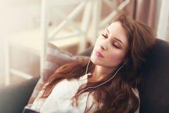 听的妇女一些音乐 免版税库存照片