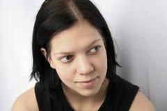 听的妇女年轻人 免版税库存照片
