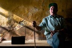 听的收音机 在Abenozas,韦斯卡省,西班牙单独住的被隔绝的农夫 库存图片