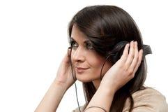 听的音乐妇女年轻人 免版税库存照片