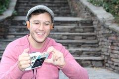 听立体声卡式磁带随身听录音机的人20世纪80年代或20世纪90年代 免版税图库摄影