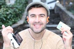听立体声卡式磁带随身听录音机的人20世纪80年代或20世纪90年代 免版税库存图片