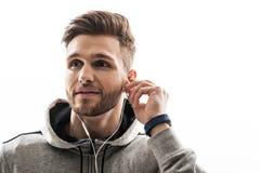 听耳机的快乐的运动的人 库存照片