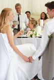 听讲话的新娘和新郎在招待会 免版税库存照片