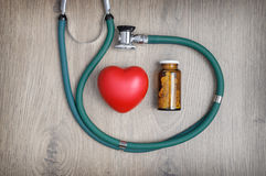 听诊器、药片和心脏 免版税库存照片