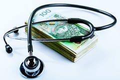 听诊器和擦亮剂金钱100兹罗提 免版税库存图片
