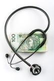 听诊器和擦亮剂金钱& x28; 100 zloty& x29; 免版税图库摄影