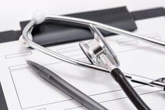 听诊器和病历 免版税库存图片
