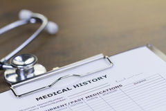听诊器和病史报告 免版税库存照片