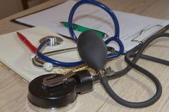 听诊器和笔在病历 身体检查的概念图象 库存照片