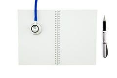 听诊器和笔记本有笔的 与c的顶视图 免版税库存图片