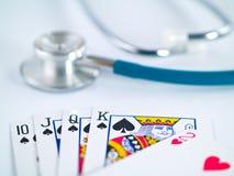 听诊器和纸牌 免版税库存图片