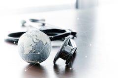 听诊器和纹理地球的演播室宏指令与浅DOF 库存图片