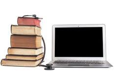 黑听诊器和膝上型计算机 免版税图库摄影