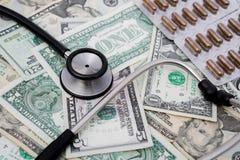 听诊器和药片和美国金钱 免版税库存照片
