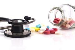 听诊器和药片瓶子 图库摄影
